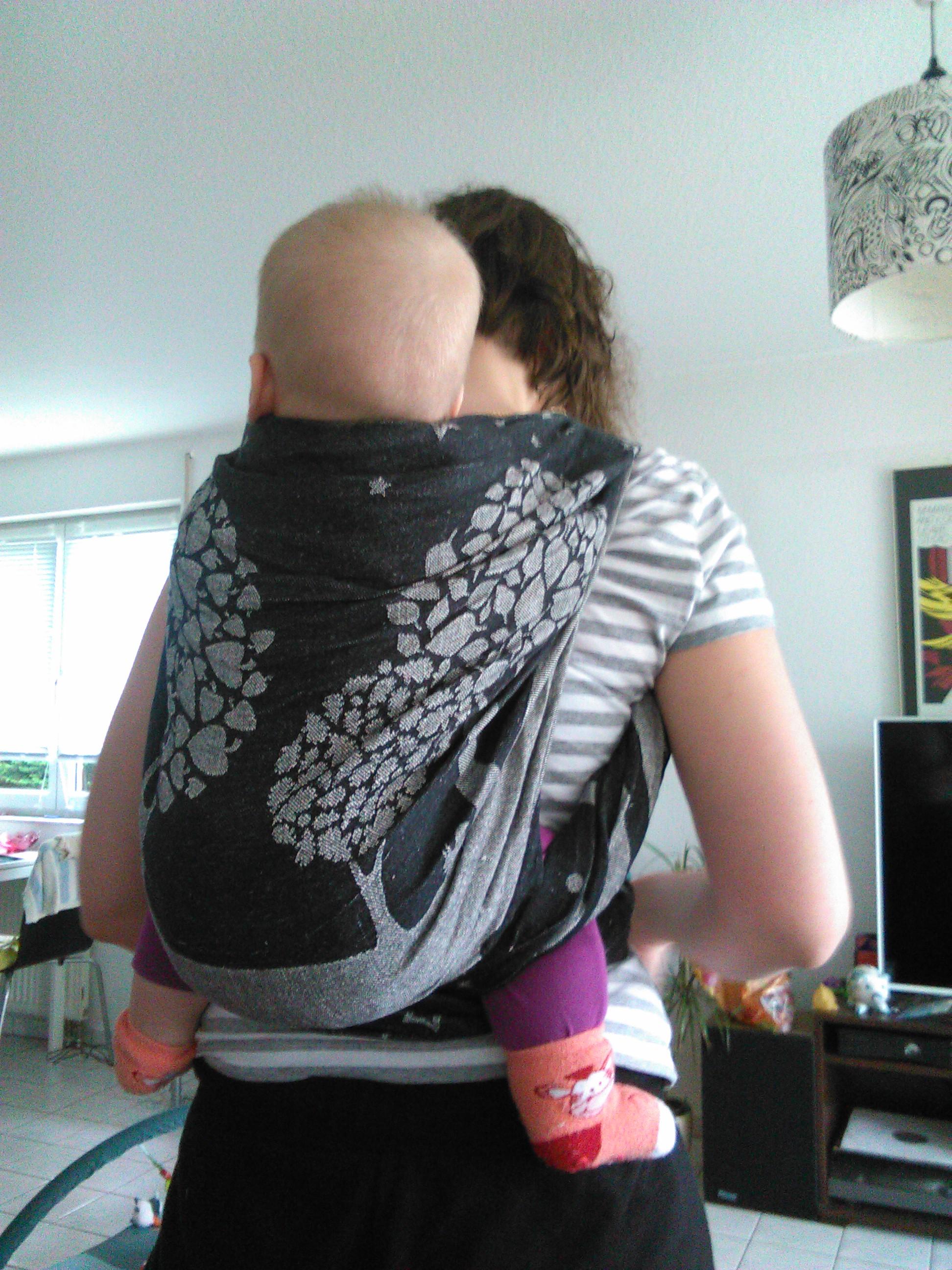 Wenn die Kinder schwerer werden, oder aber mehr sehen wollen: es geht ab auf den Rücken. Als Trageberaterin hier in Olpe zeige ich es euch gerne!
