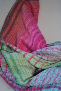"""Man erkennt ein Tuch der Firma """"The Silky Weave"""" drappiert auf einem Sessel"""